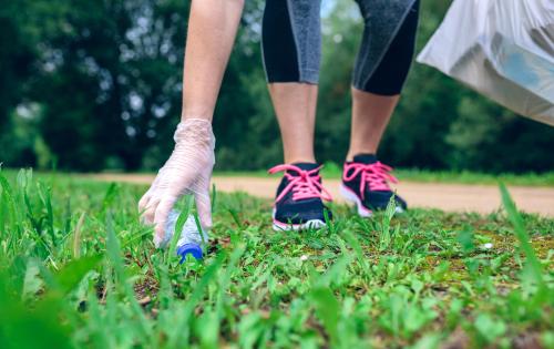 Plogging: cammina, corri e raccogli